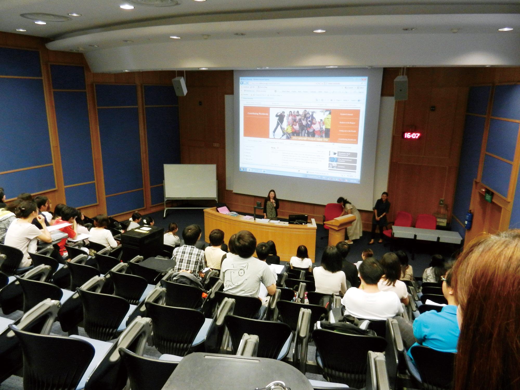 在新加坡國立大學的國際交流